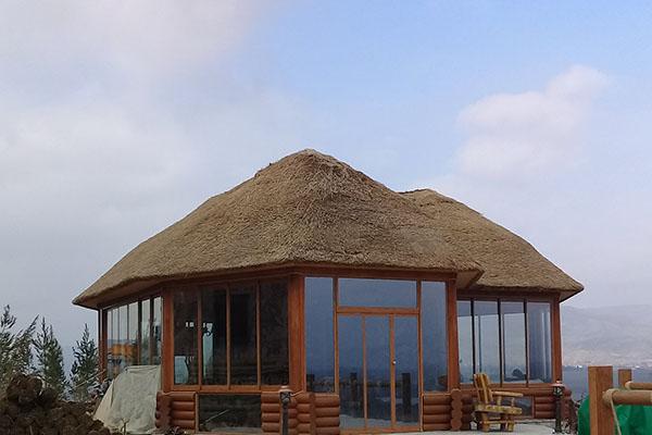 Тростниковая крыша купольного дома