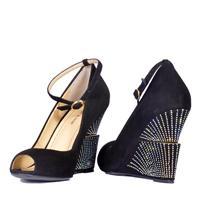 Les souliers les féminins de modelage