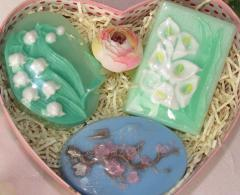 Gift sets with natural soap in the form of flowers