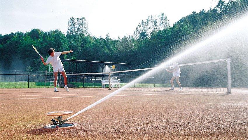 Полив теннисного корта