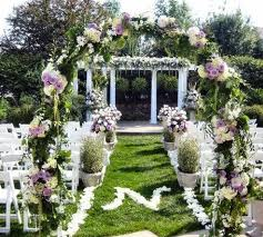 Услуги по свадебному цветочному оформлению.